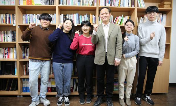 왼쪽부터 정주용 학생, 박현지 학생, 조수연 학생, 홍경수 교수, 이채린 학생, 손종욱 학생 [사진 출처=아주대학교]